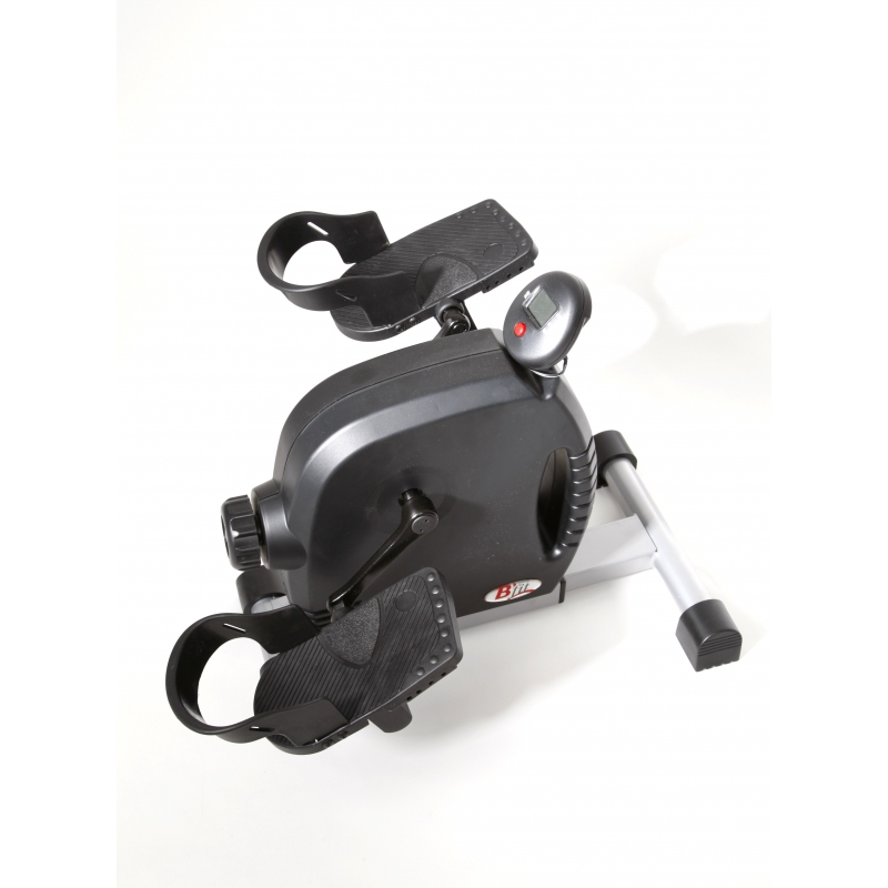 Pedaltræner med pedaler med hælkappe. Sofacyklen bliver derfor brugt og står ikke i et skab.